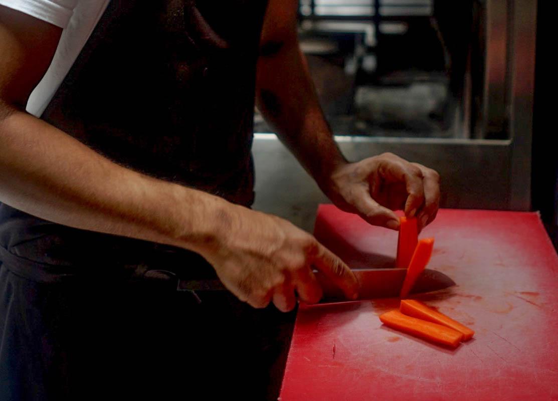 Planche à découper abimée en plastique